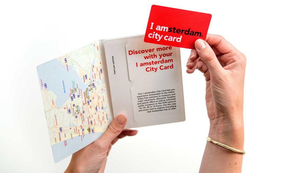 С картой идут путеводитель по Амстердаму, карта города и глянцевый туристический журнал
