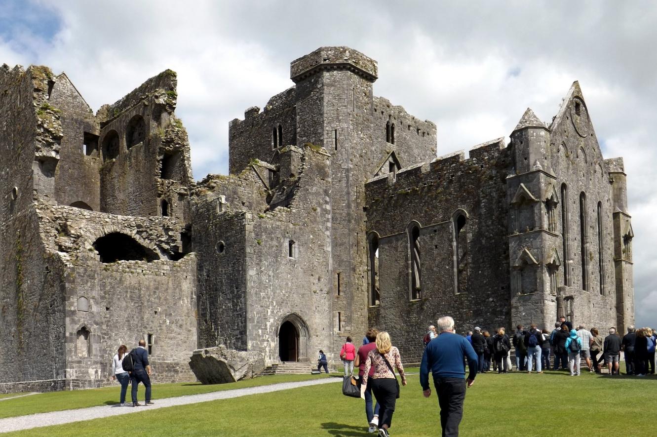 На экскурсии на Скале Кашел в Ирландии