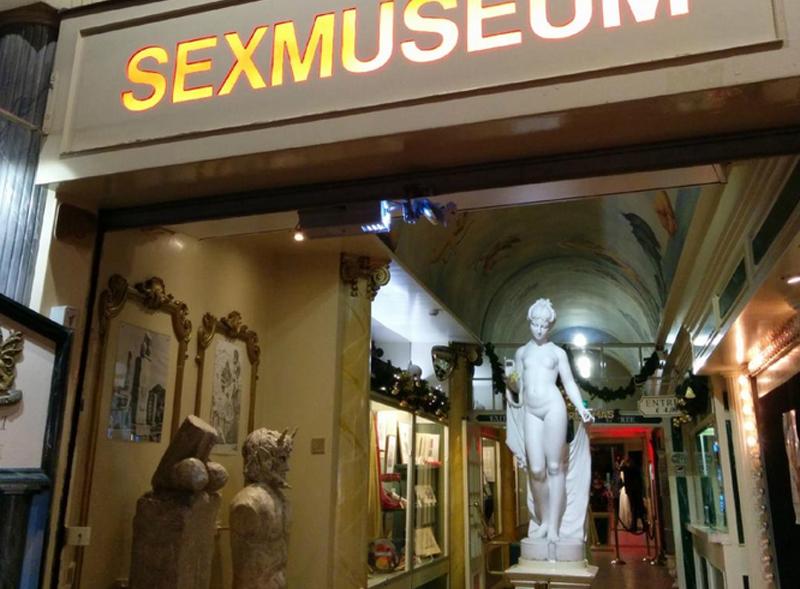 Статуя Венеры на входе