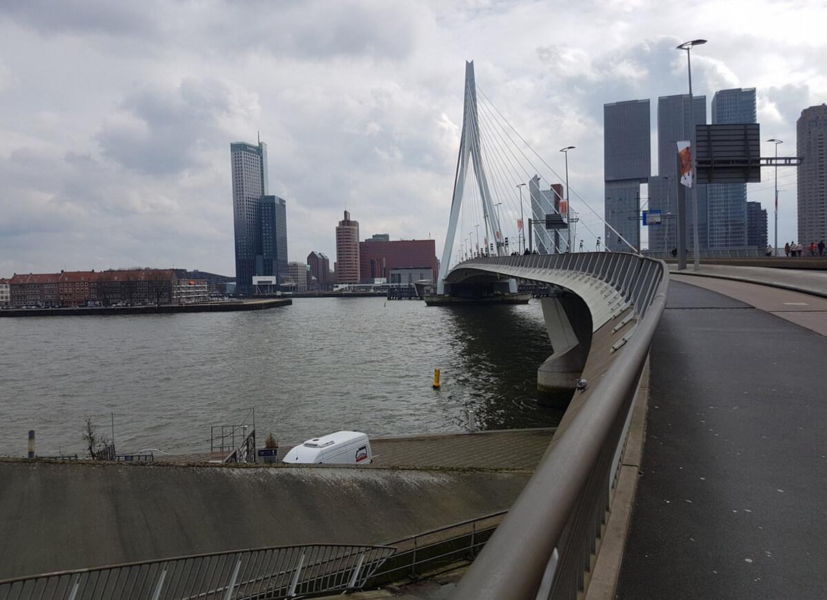 Прогулка по мосту Эразма