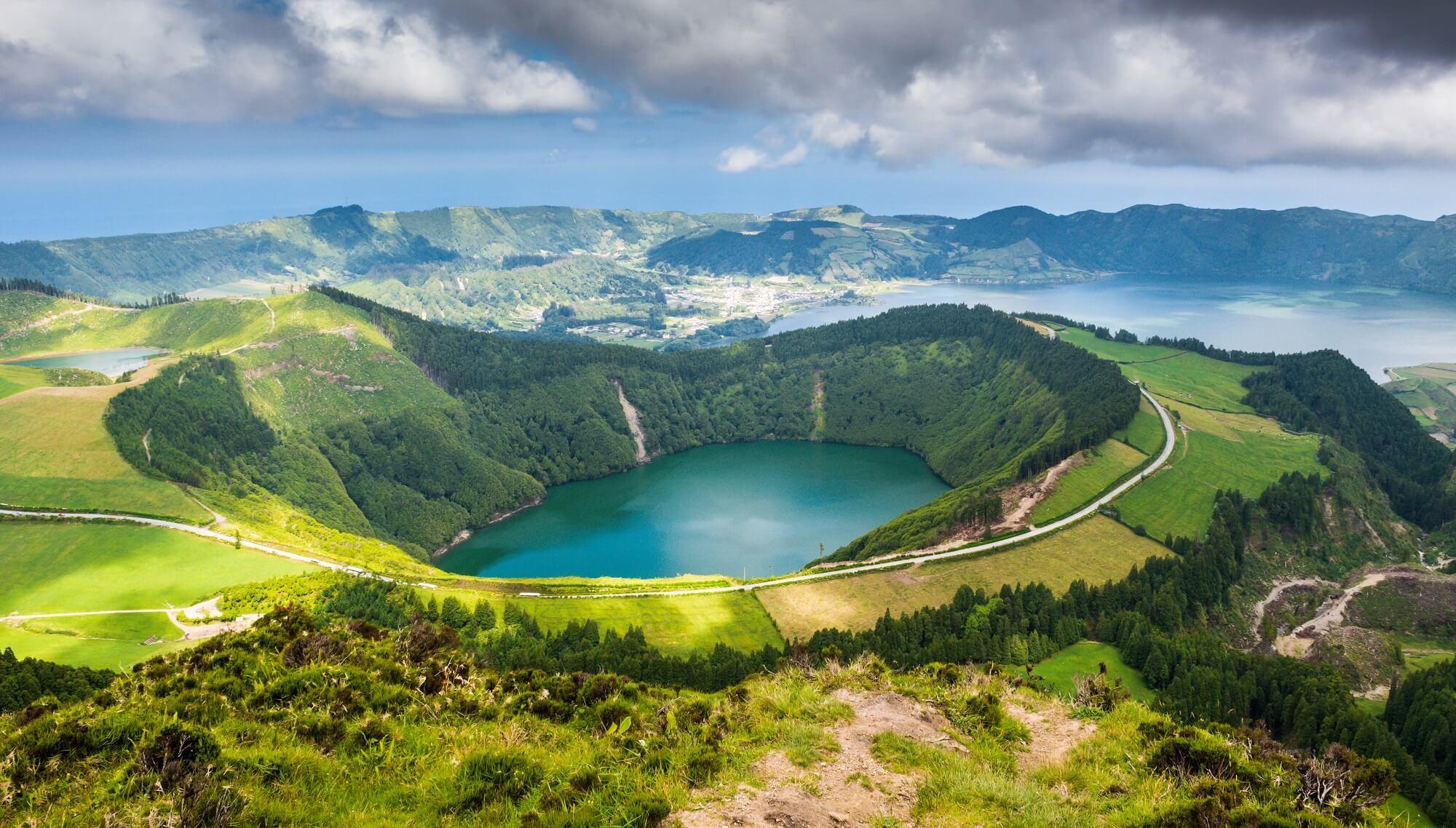 Озеро в кратере вулкана Sete Cidades