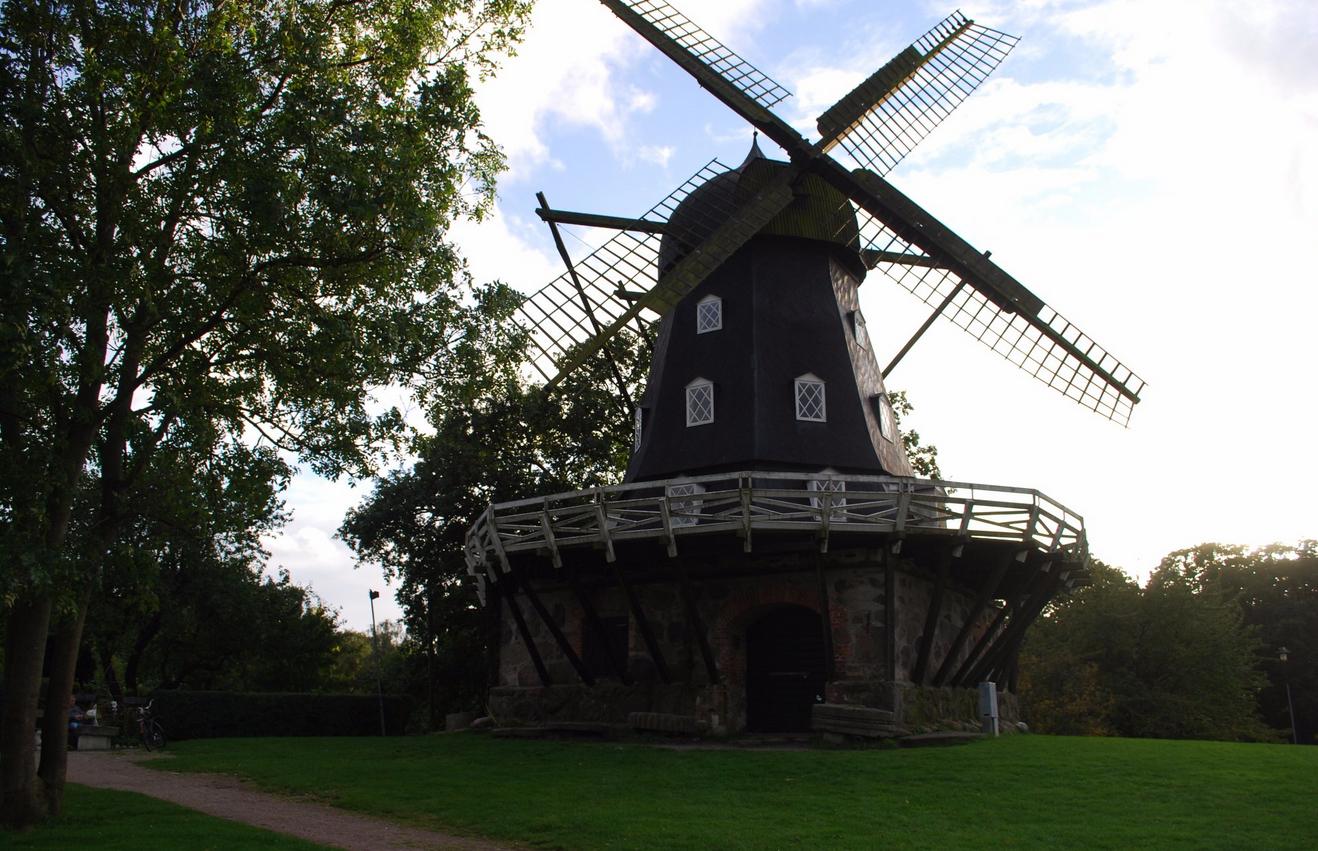 Ветряная мельница в парке