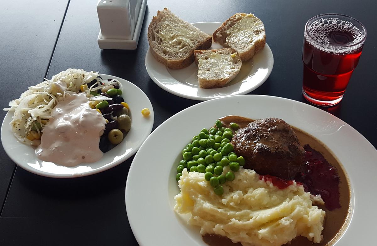 Перекусить можно в кафе при музее