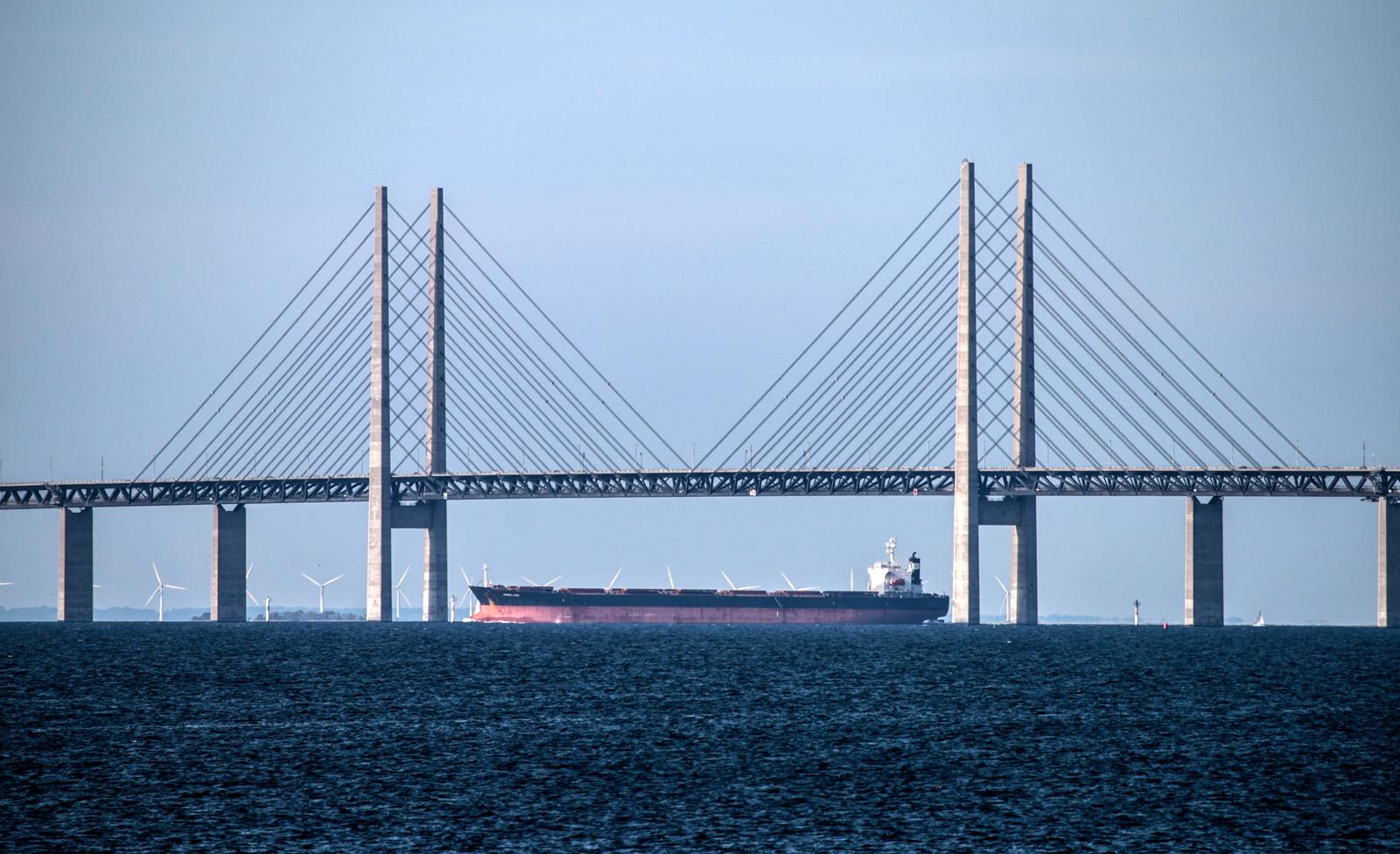 Под Эресуннским мостом проплывает танкер
