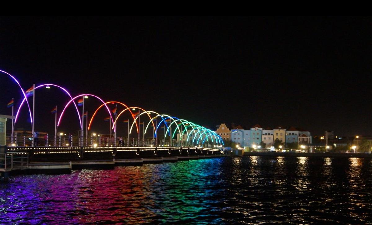 Красивая ночная подсветка мост королевы Эммы