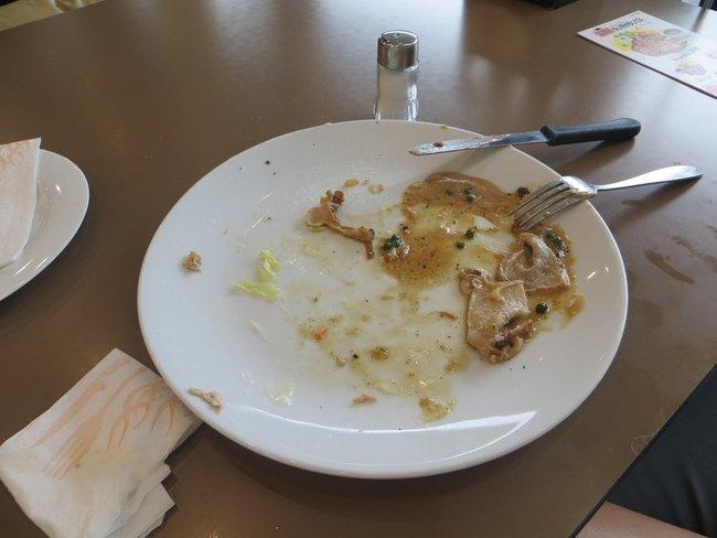 Нельзя оставлять продукты на тарелке