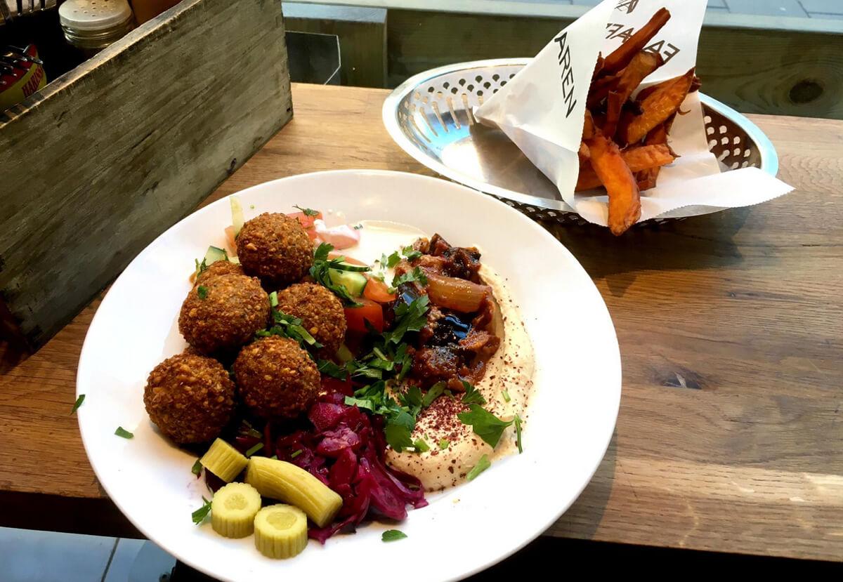 Салат Falafel и картошка фри