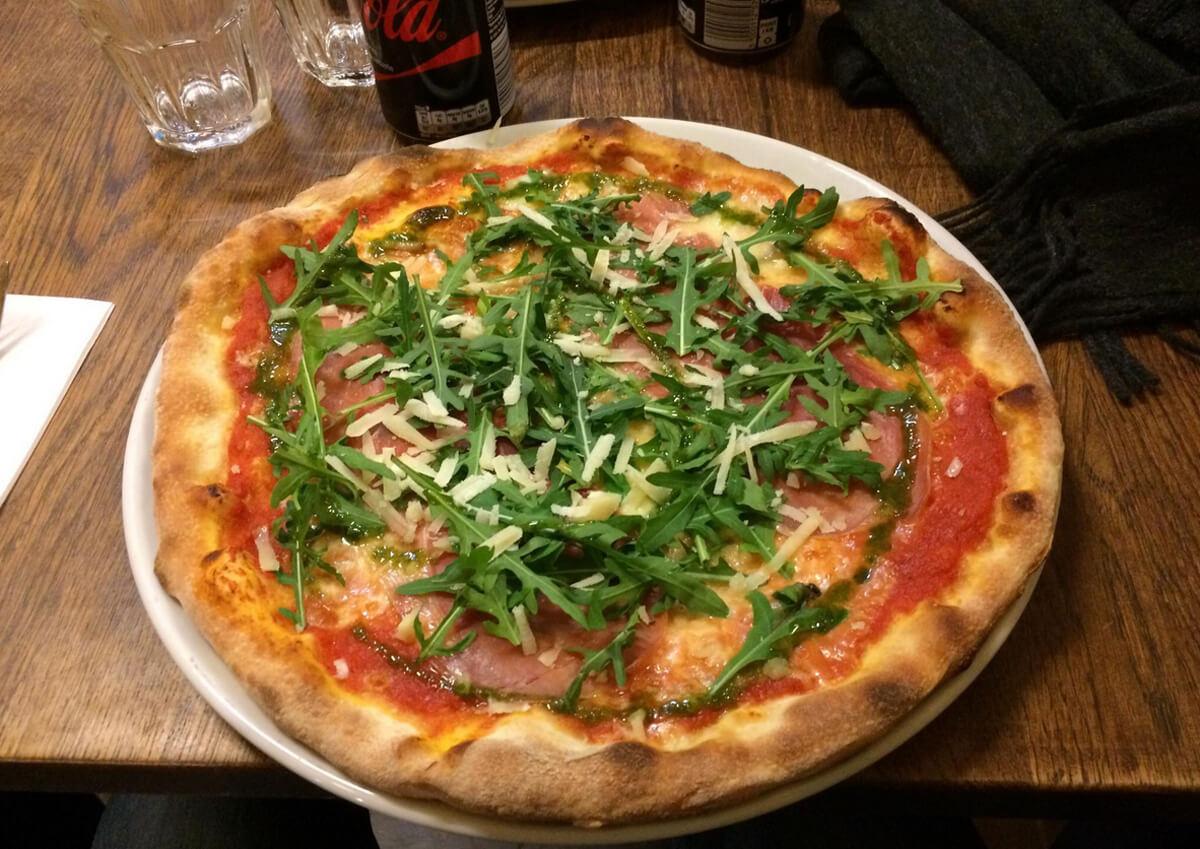 Итальянская пицца в пиццери Fuori Di Pizza