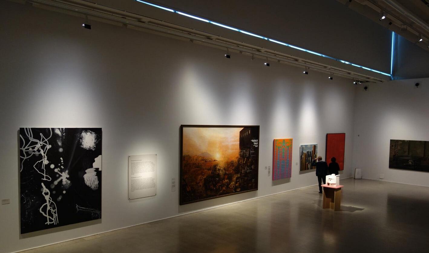 Картины в музее современного искусства