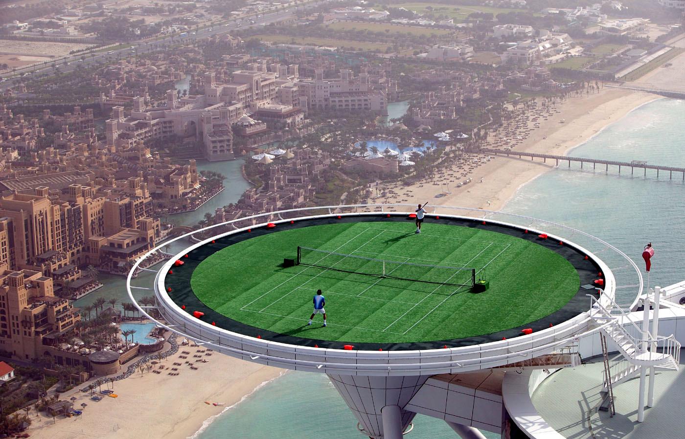 Вертолетная площадка используется как корт для большого тенниса
