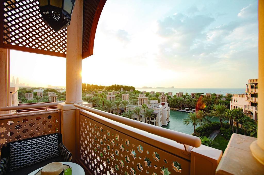 Номера отеля Jumeirah Al Qasr — Madinat Jumeirah оснащены персональными балконами