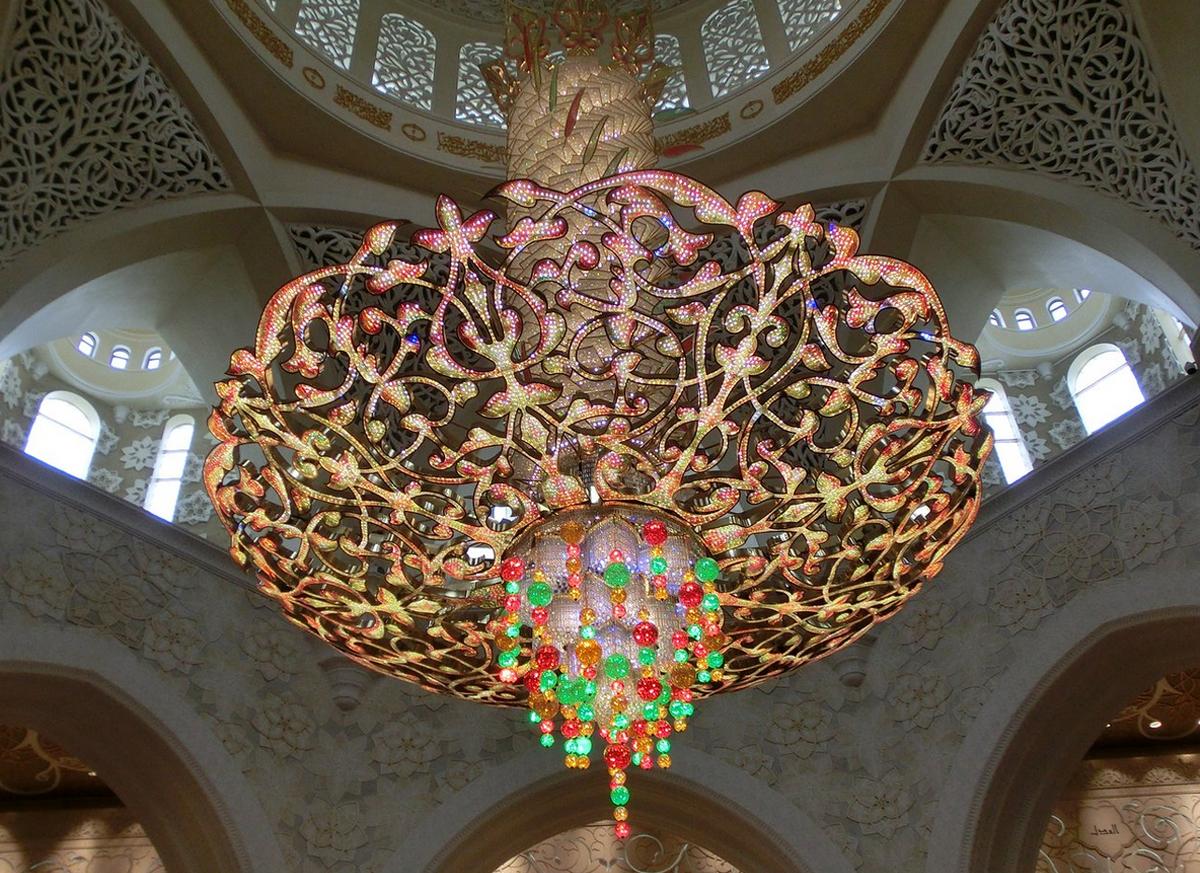 Вторая в мире по величине люстра инкрустированна кристаллами Сваровски