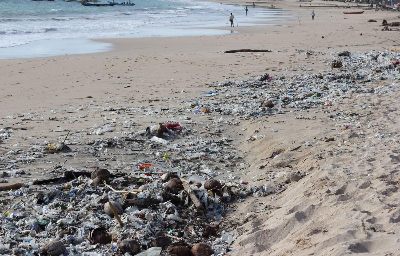 Пляжи слегка загрязнёнными остатками штормов