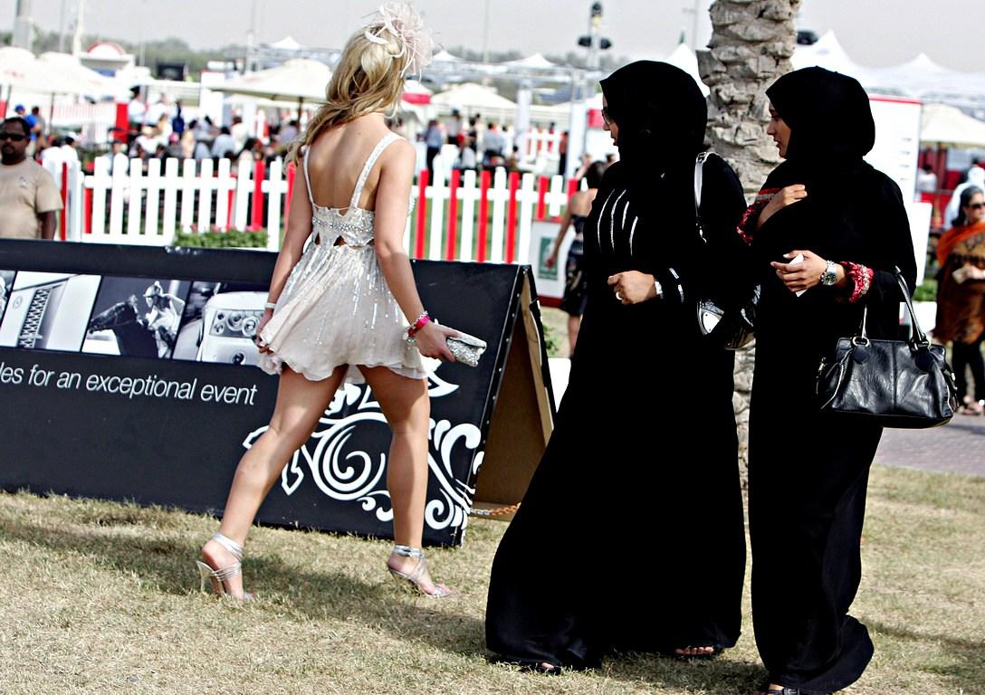 Девушкам стоит одеваться скромно