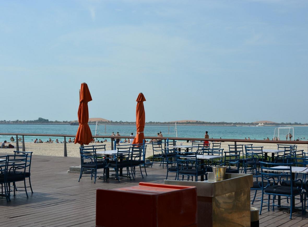 Кафе на пляже Корниш