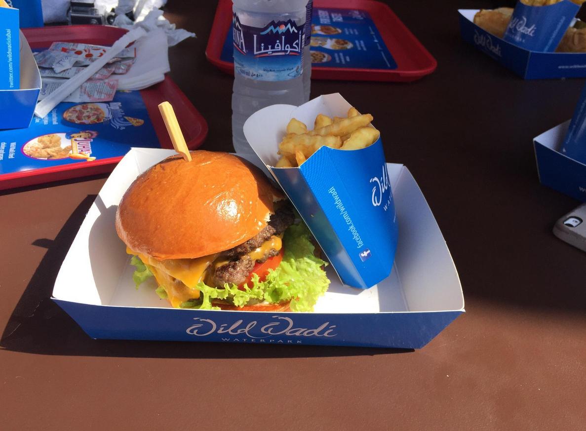 Можно перекусить в Julshan's Burgers