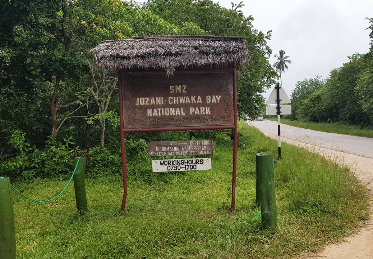Вывеска национального парка Джозани Чвака