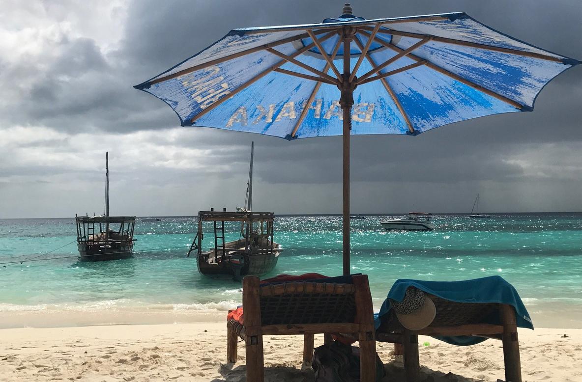 На пляжах Нунгви есть лежаки с зонтами