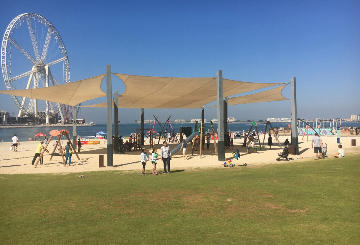 На пляже Marina beach обустроена игровая площадка