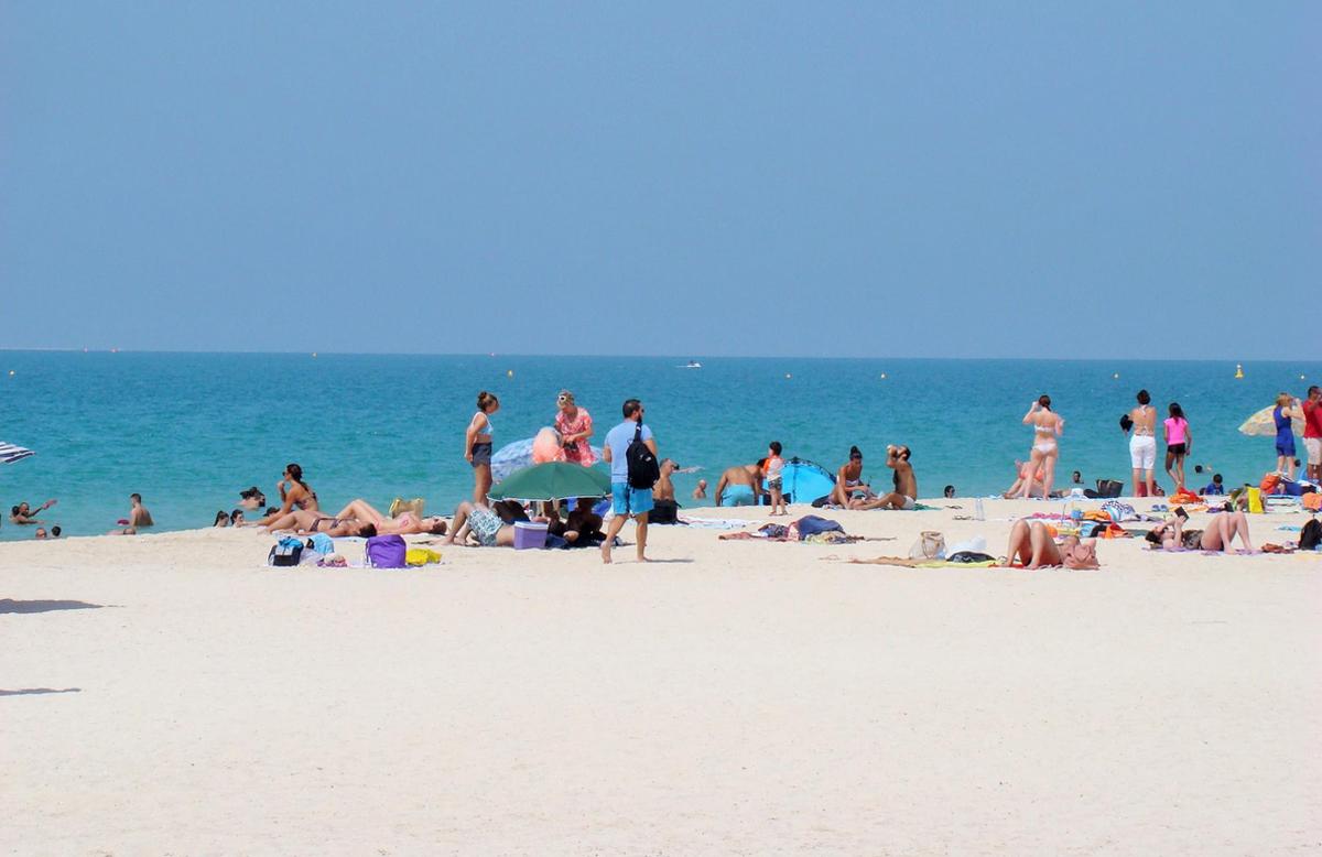Небольшое количество отдыхающих на пляже Кайт бич