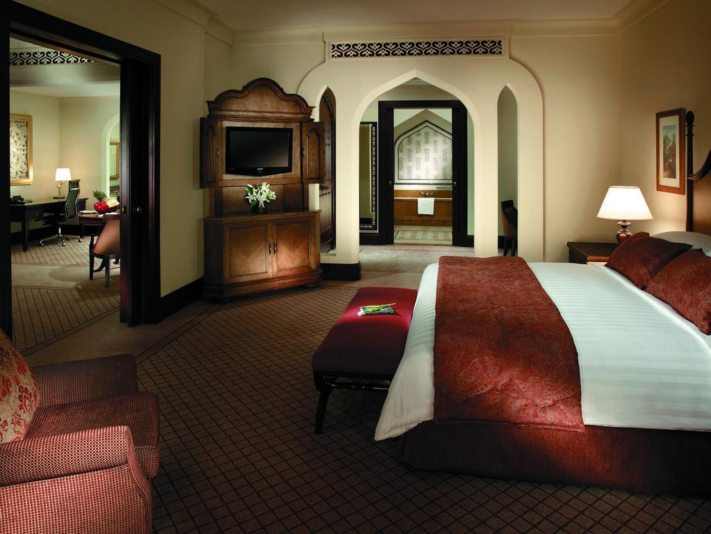 Номер в отеле Shangri-La Hotel, Qaryat Al Beri