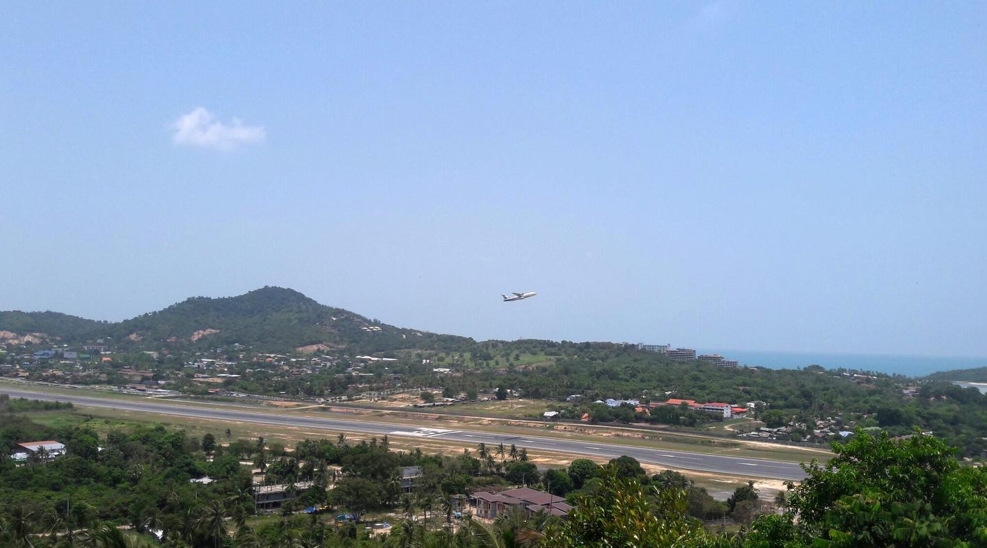 Со смотровой площадки можно понаблюдать как взлетают и прилетают самолёты
