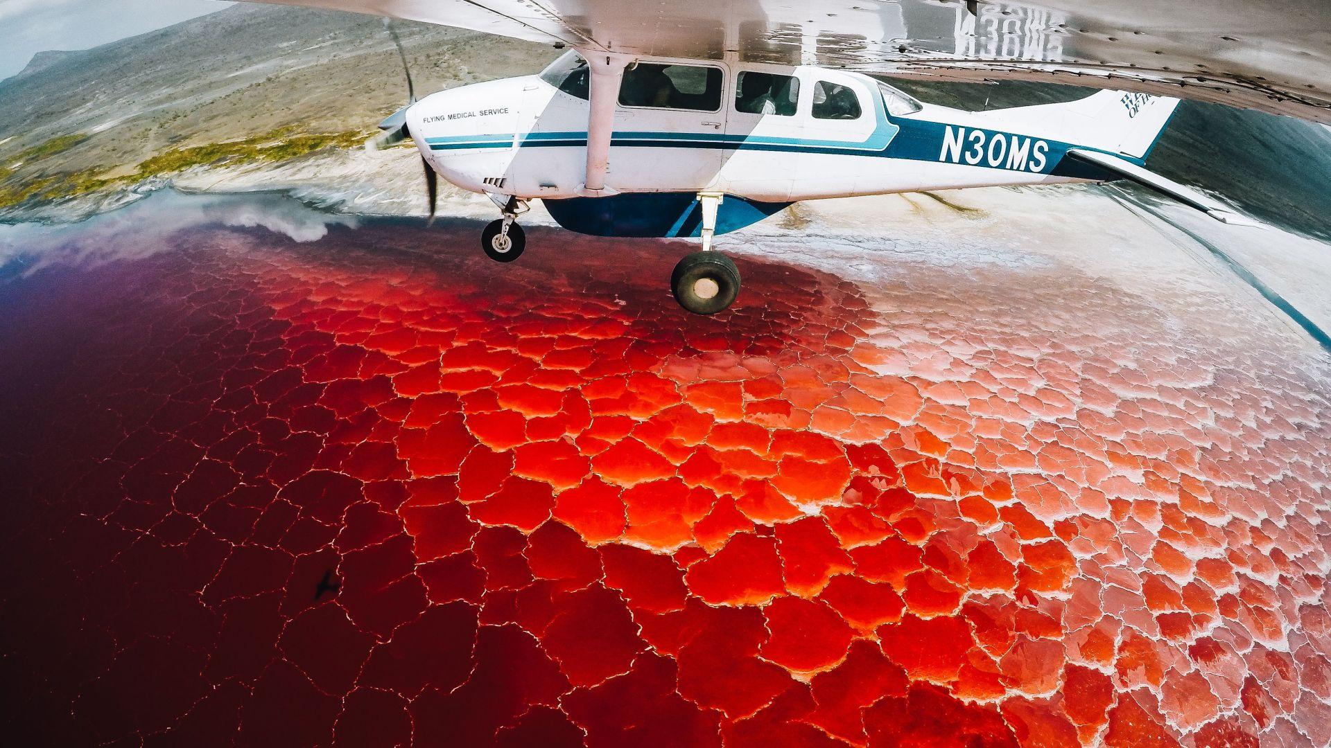 Вид озера Натрон с самолета