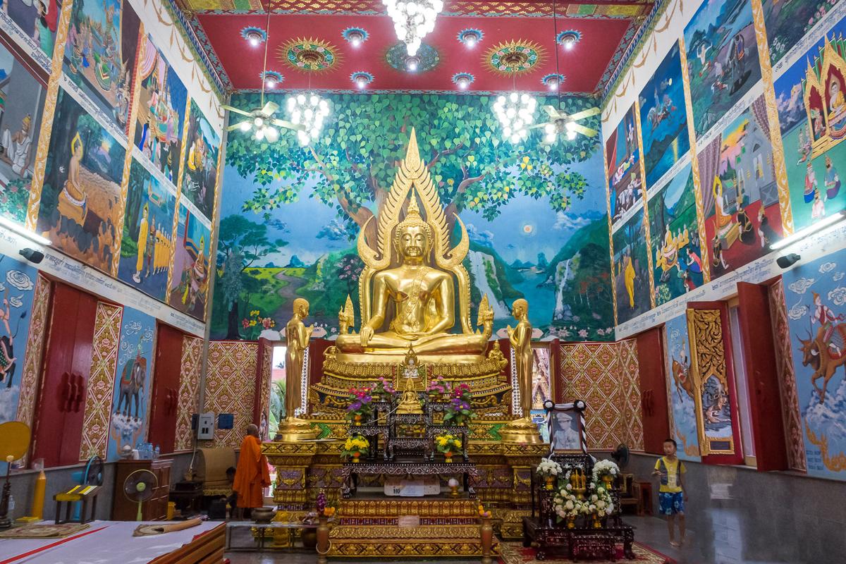 Золотая статуя Будды в храм Бот