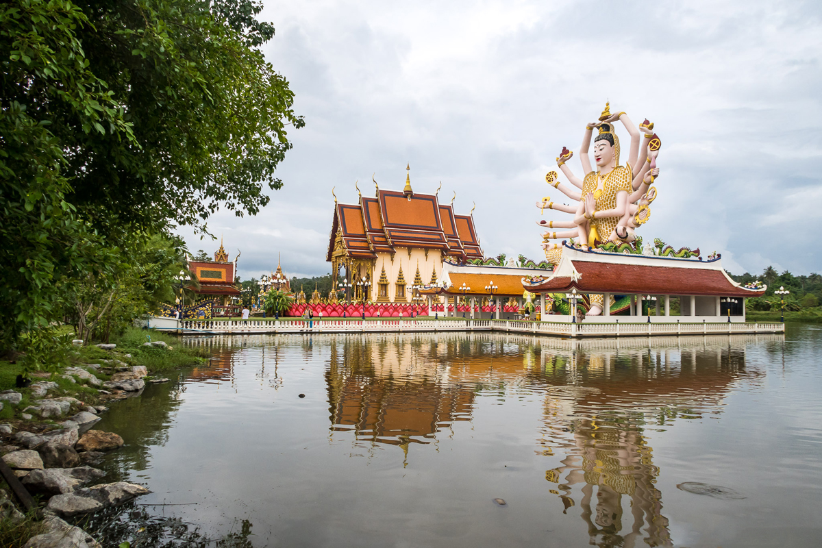 Вокруг Ват Плай Лаем создано искусственное озеро
