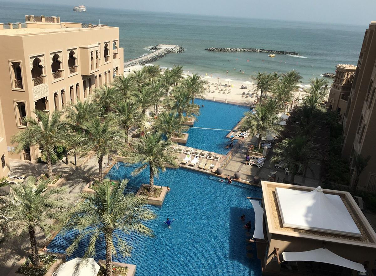 На территории отеля есть басейн