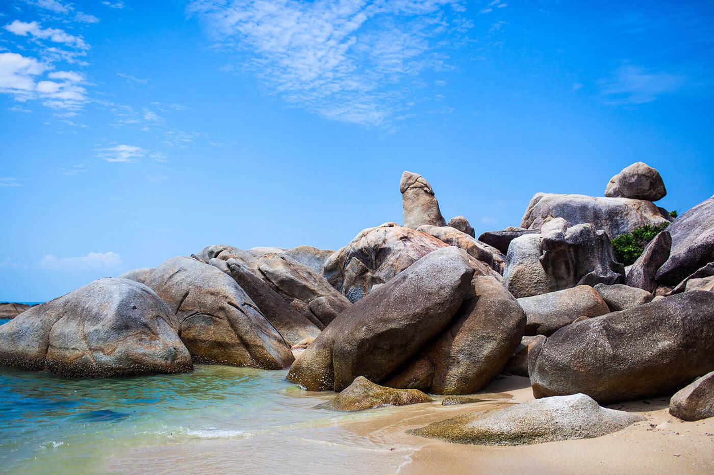 Валуны на юге пляжа Ламай