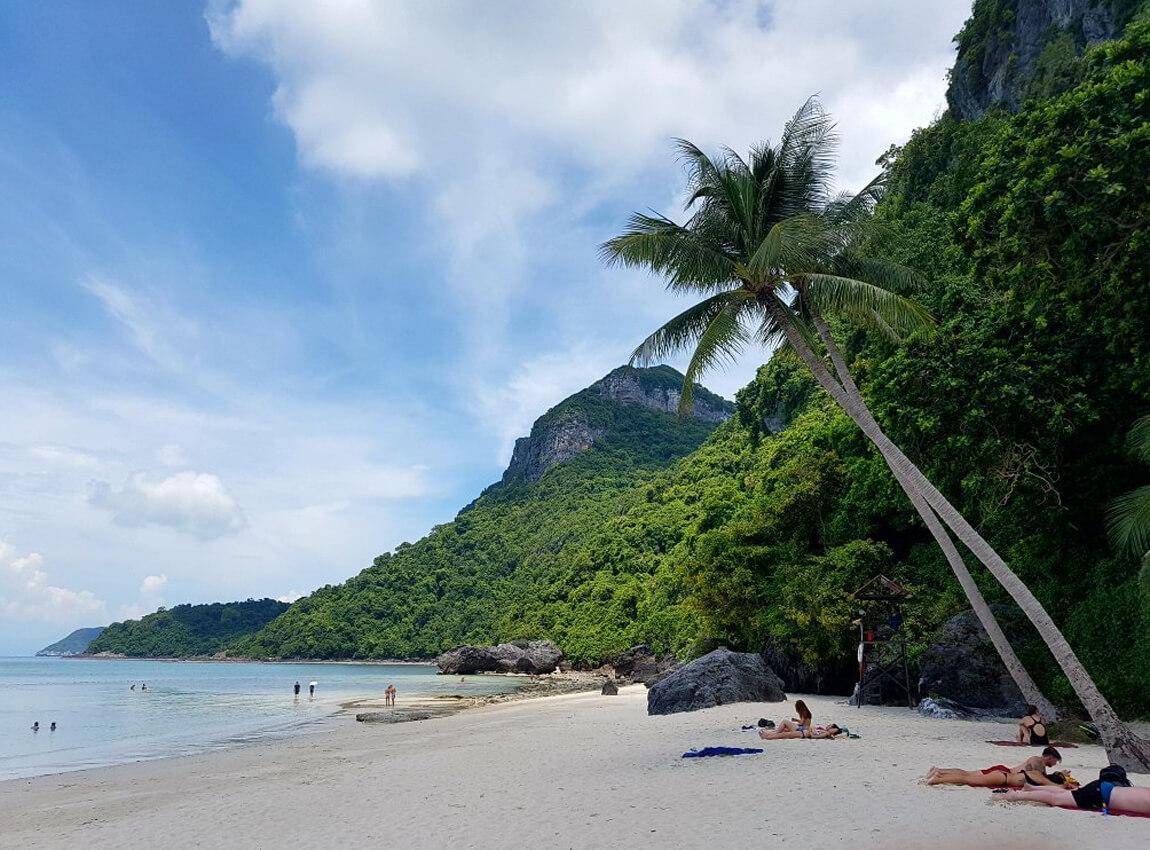 Пляж в в парке «Ангтхонг»