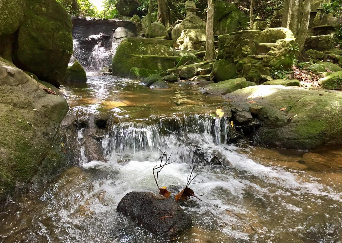 Вода стекающая с гор