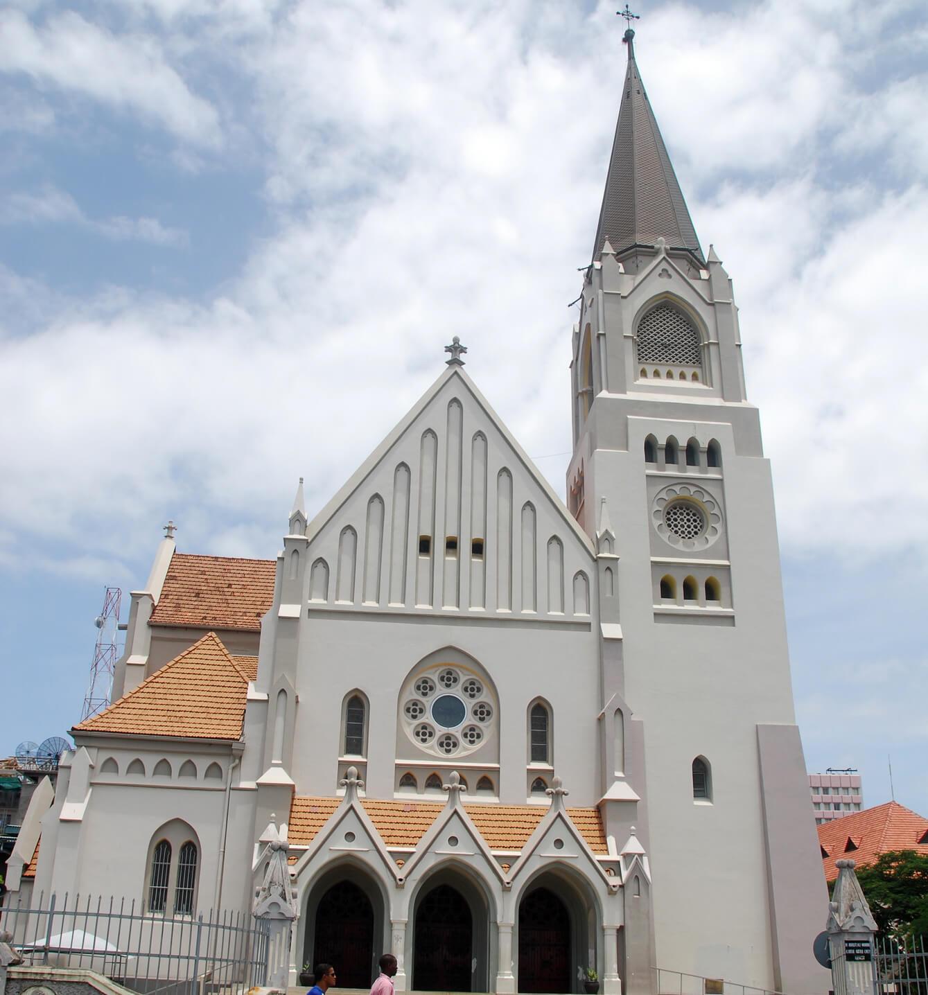 Здание оформлено в колониальном стиле