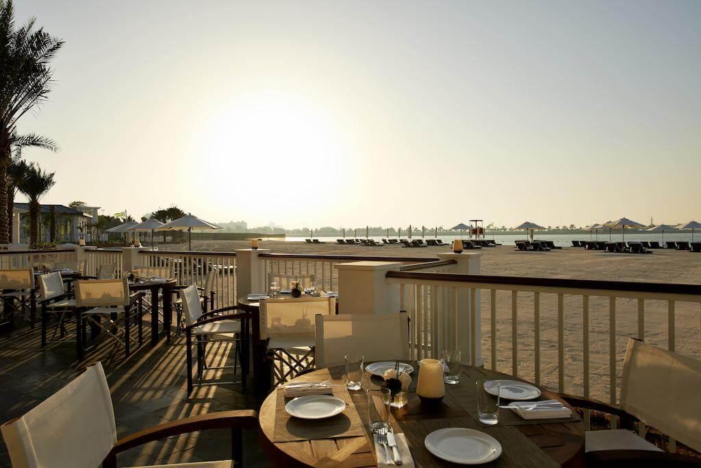 Ужина с видом на голубой залив