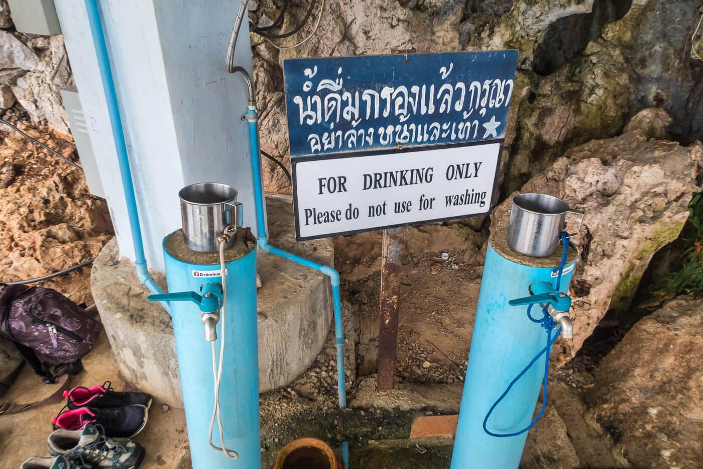 Вдоль лестницы установлены резервуары с водой