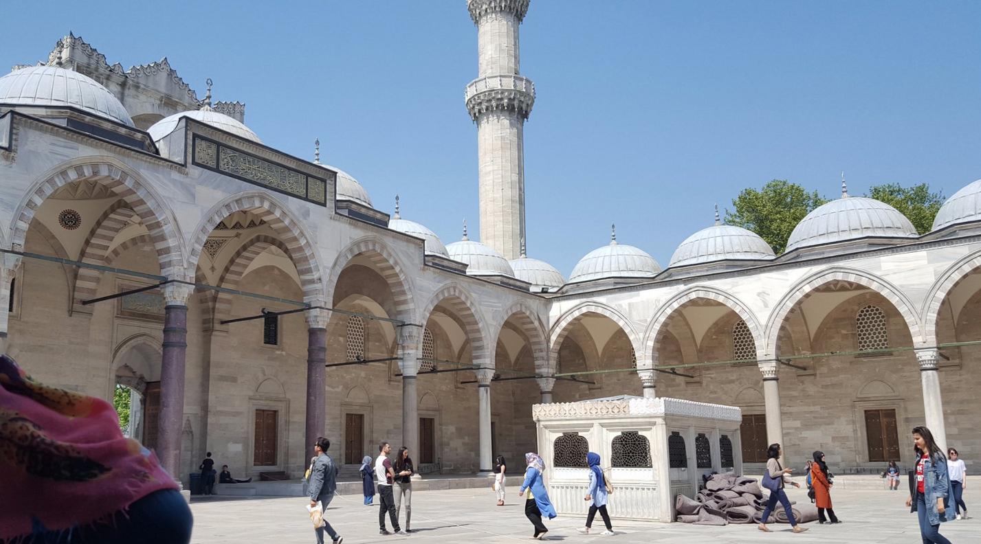 Во дворе мечети Сулеймание