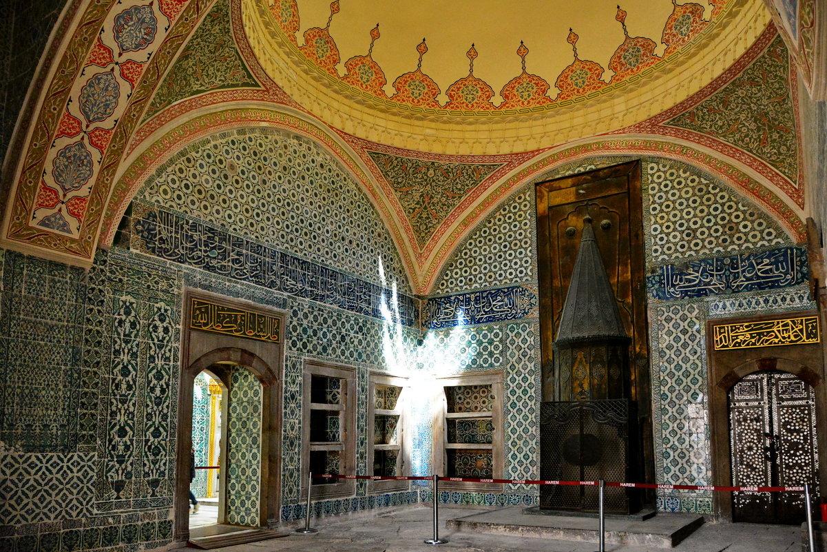 Убранство музея пестрит искусными мозаиками