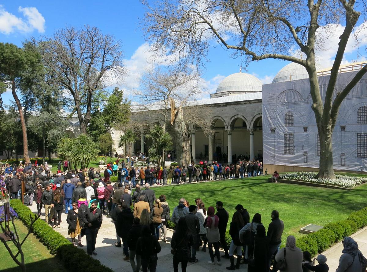 Дворец Топкапы ежедневно притягивает тысячи туристов