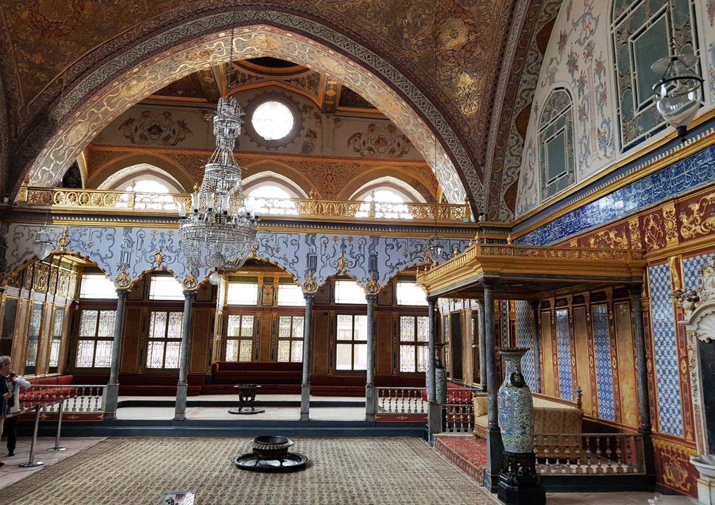 Тронный зал - место отдыха султана в кругу его наложниц