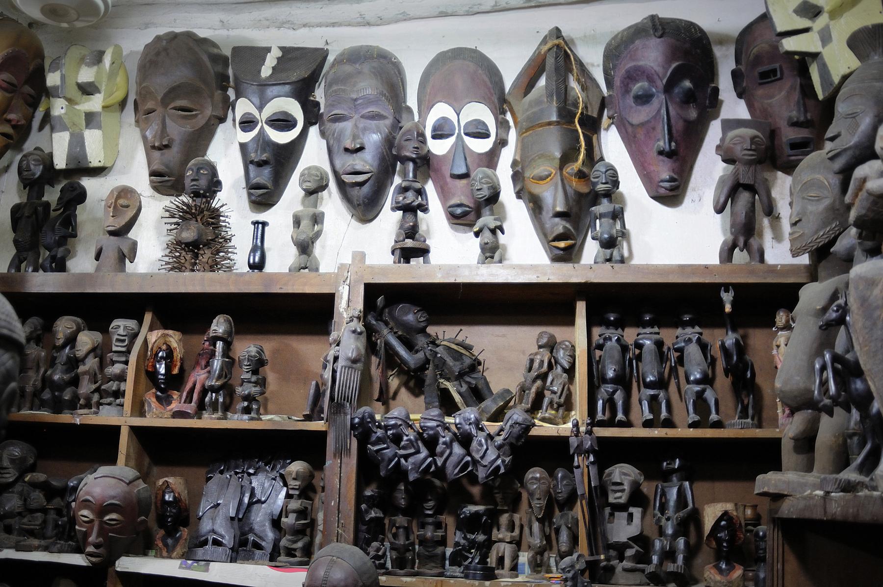 Маски и статуэтки из дерева