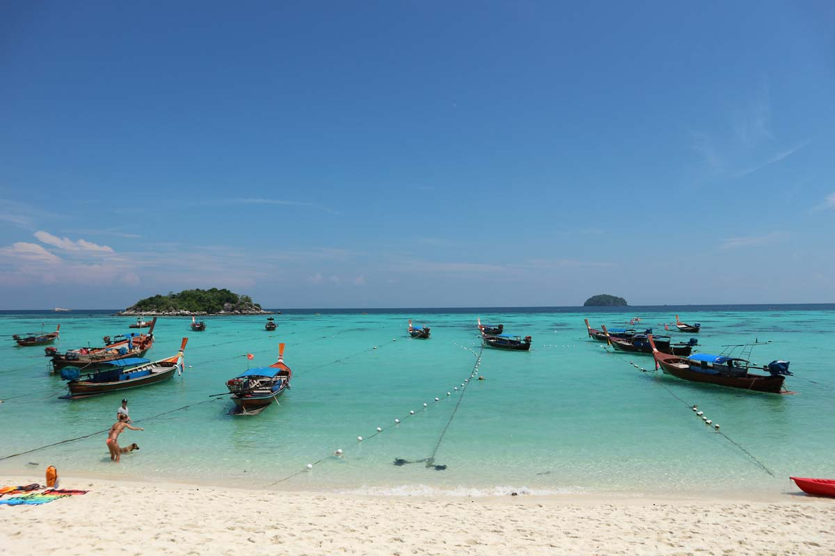 Между пляжами регулярно курсируют лодки