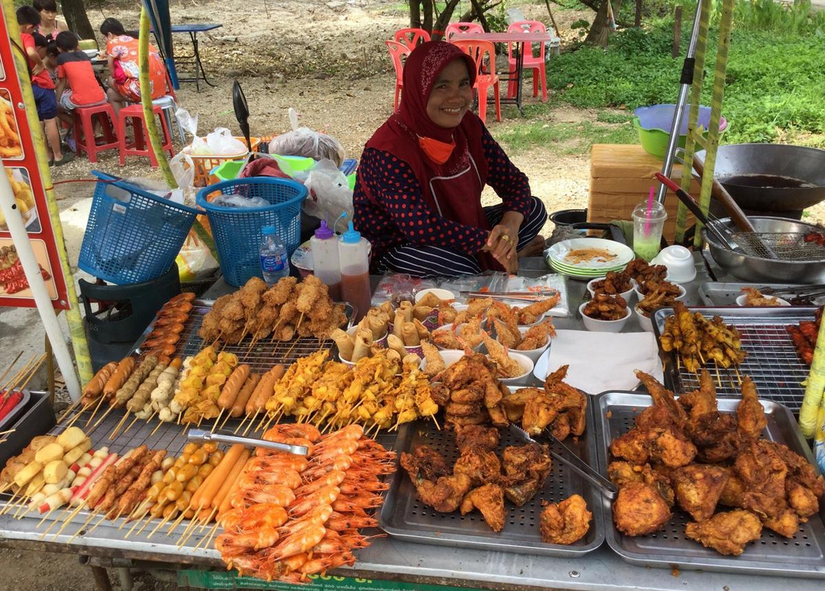 На улочках можно перекусить халяльной едой у местных продавцов