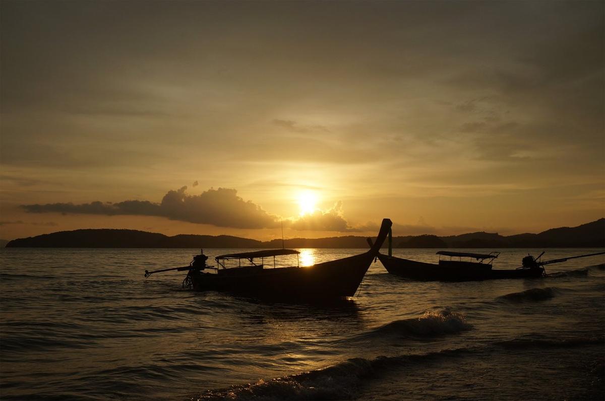 Необыкновенный закат на пляже Ао Нанг