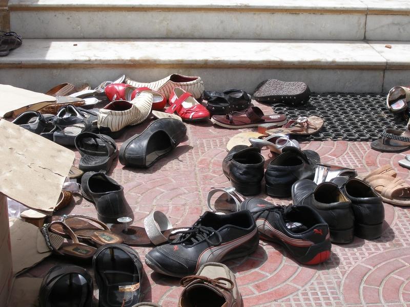 При посещении Белого храма нужно оставить обувь перед входом