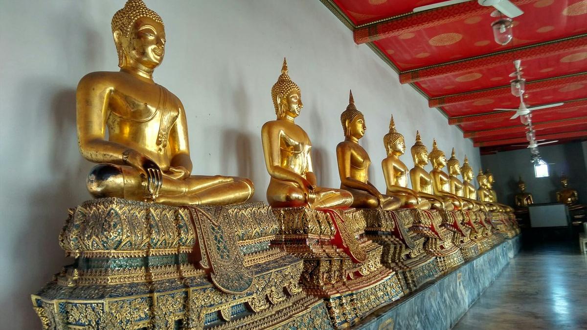 Одинаковые позолоченный статуй Будды