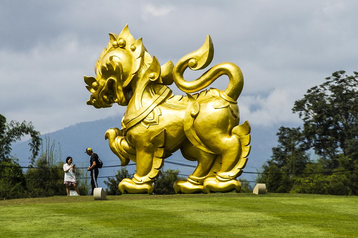 Скульптура огромного золотого льва