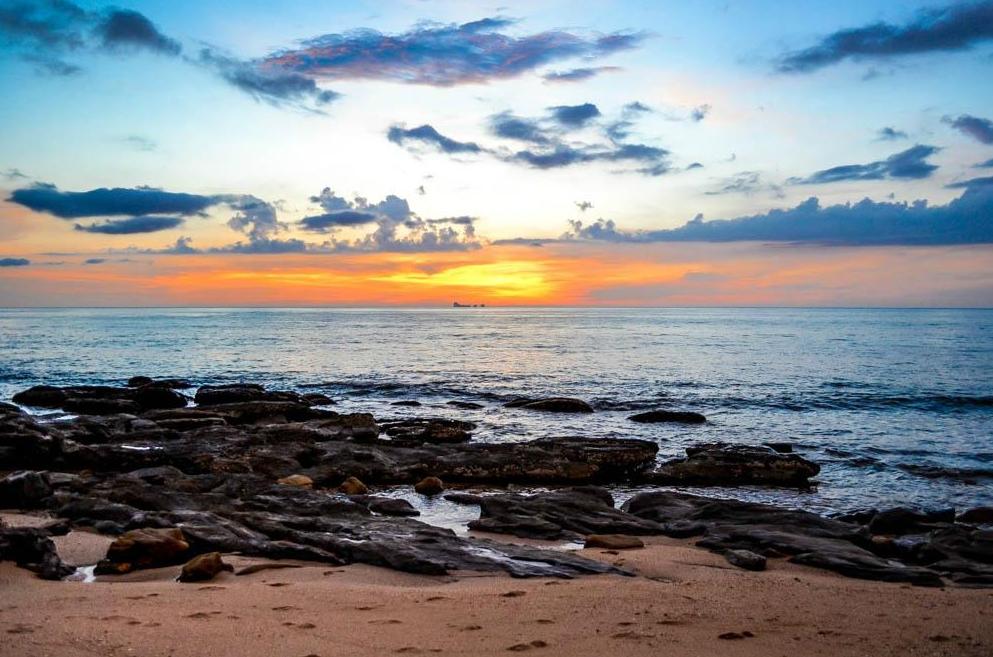 Встречаются каменистые участки пляжа