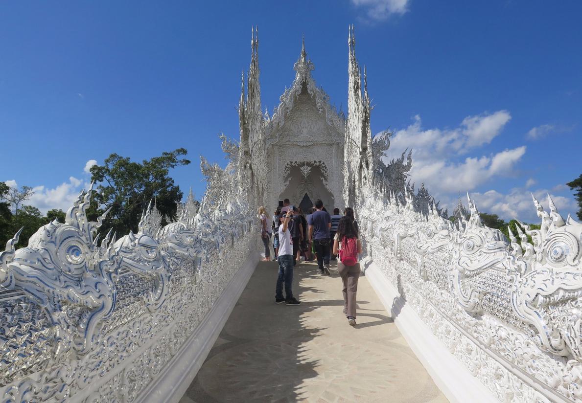 Путь в храм пролегает через ажурный мост