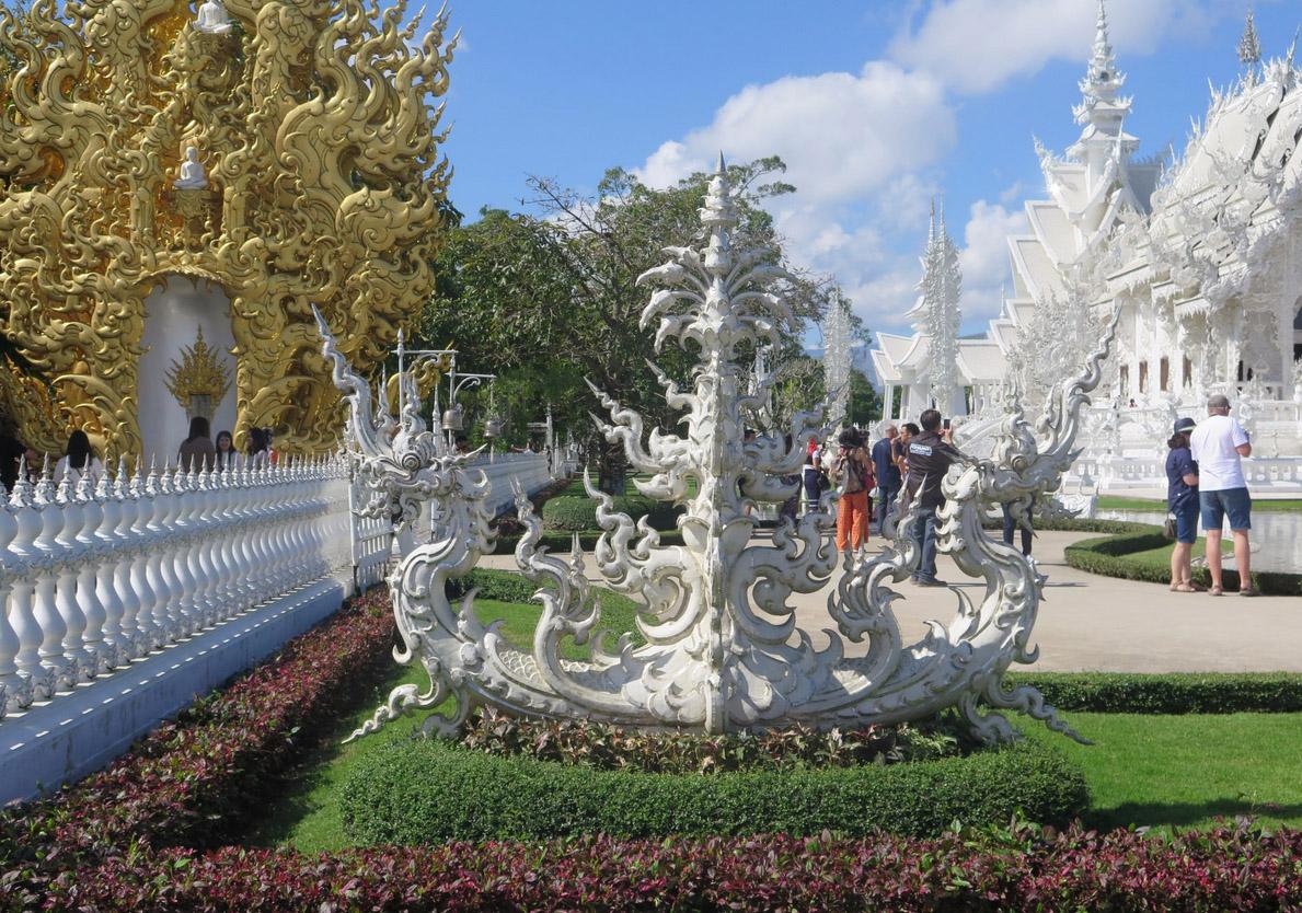 Скульптуры на территории Белого храма